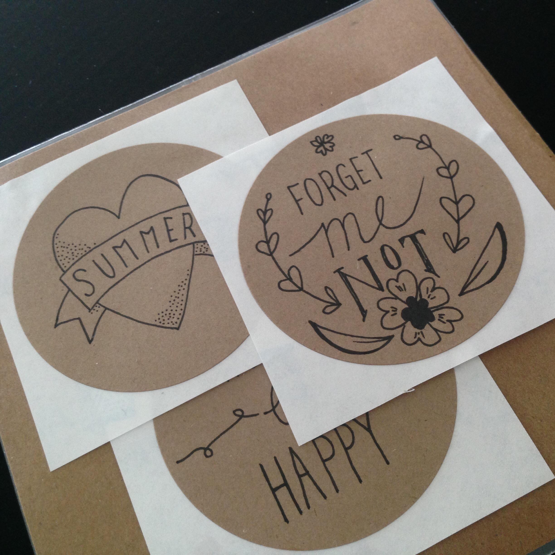 (2/14) 2. Drie van de vijf ronde stickers...